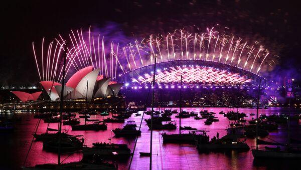 2021'e ilk giren ülkelerden biri olan Avustralya'da Sidney kentinin sembolü Opera Binası'nın önünde geleneksel havai fişek gösterisi yapıldı, ama buna sadece limandaki tekneler tanık oldu. Avustralyalıların çoğu evde TV'denizledi. - Sputnik Türkiye