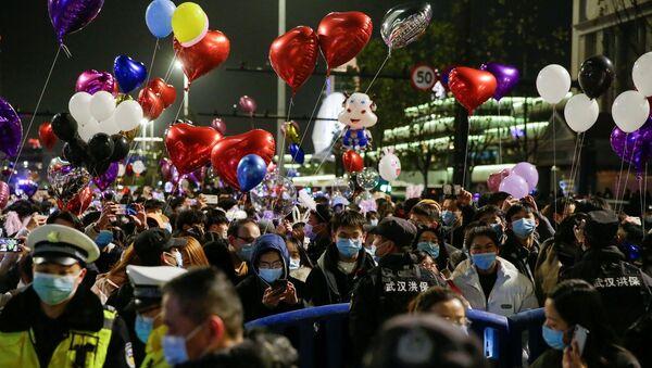 yılbaşı kutlaması - maske - Vuhan - Çin - Sputnik Türkiye