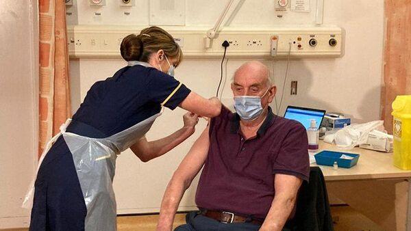 Oxford Üniversitesi-AstraZeneca aşısı ilk kez İngiltere kenti Oxford'da 82 yaşındaki diyaliz hastası Brian Pinker'a yapıldı. - Sputnik Türkiye