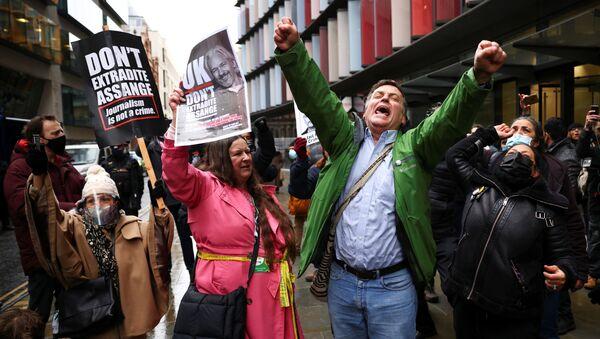WikiLeaks kurucusu Julian Assange'ın Washington'a teslim edilmesi yönündeki talebin reddedilmesi, Londra'daki mahkeme önünde toplanan ifade, basın ve bilgi edinme özgürlüğü taraftarlarınca kutlamalarla karşılandı. - Sputnik Türkiye