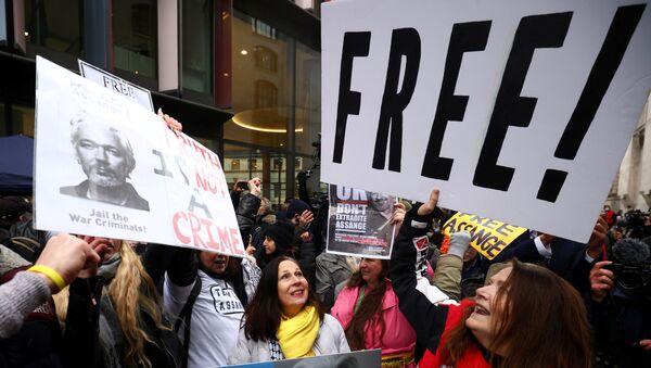Londra'daki Merkez Ceza Mahkemesi önünde WikiLeaks kurucusu Julian Assange'ın ABD'ye iadesinin reddedilmesi kararını kutlayanlar - Sputnik Türkiye