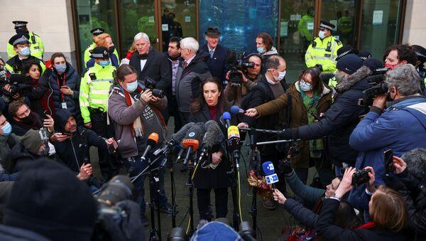 Kefaletle tahliye talebi reddedilen Julian Assange'ın hayat arkadaşı Stella Morris, Londra'daki mahkeme önünde, ABD Başkanı Donald Trump'ı WikiLeaks'in kurucusu hakkında af kararı çıkarmaya çağırdı. - Sputnik Türkiye