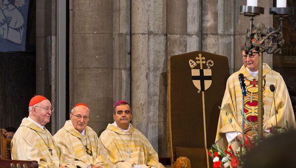 Köln BaşpiskoposuRainer Maria Woelki (ayakta) ve Alman Katolik Kilisesi'nin diğer yetkilileri - Sputnik Türkiye