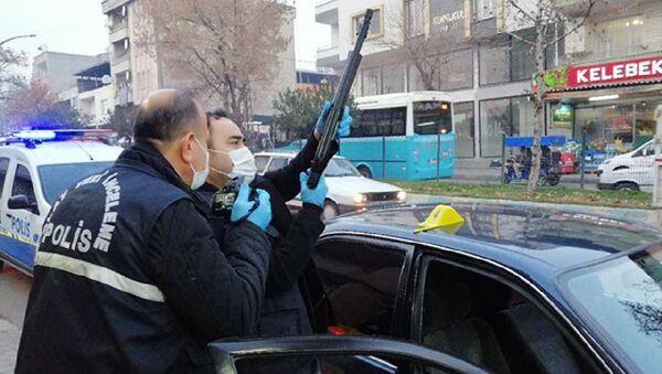 Araç kullanırken pompalı tüfekle kendini vurdu - Sputnik Türkiye