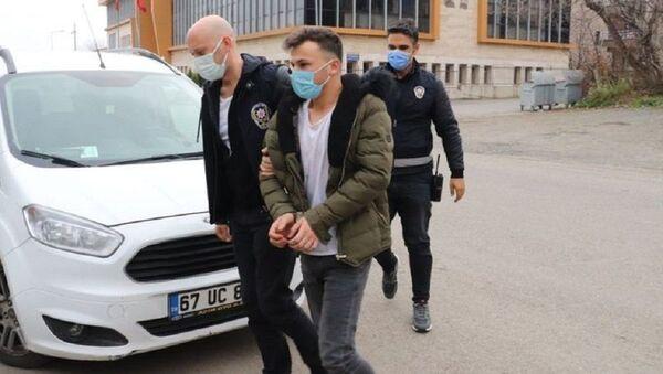 Polis tarafından maske uyarısı alan kişi ekiplere saldırıp, tutanağı yırttı - Sputnik Türkiye