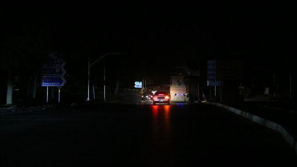 Pakistan'ın birçok şehrinde henüz belirlenemeyen nedenle yaşanan elektrik kesintisi yaşamı olumsuz etkiliyor - Sputnik Türkiye