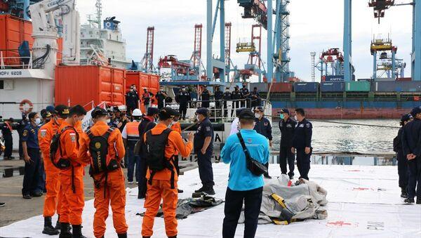 Endonezya'da Sriwijaya Havayolları'na ait yolcu uçağının denize düştüğü bölge genelinde arama kurtarma çalışmaları aralıksız sürüyor.  - Sputnik Türkiye