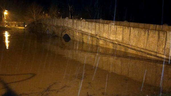 Edirne'de etkili olan sağanak yağış sebebiyle 32 saatte debisi 18 kat artan Tunca Nehri'nin bazı köprüleri yatağından taştı. Polis köprüleri araç ve yaya trafiğine kapattı. - Sputnik Türkiye