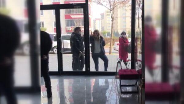 Polise daha önce 'Artistliğiniz kime?' diyen kadın, bu kez güzellik salonunun camını yumrukladı - Sputnik Türkiye