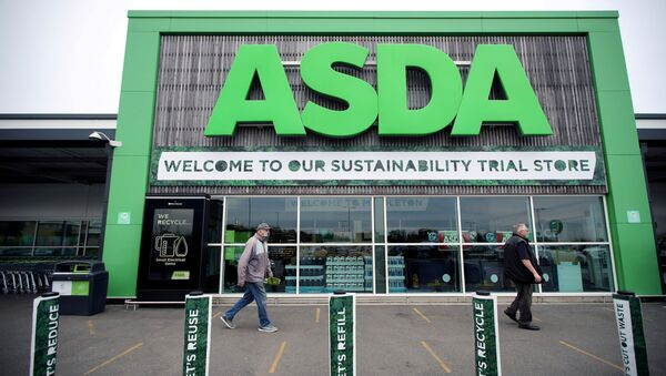 FILE PHOTO: Shoppers walk past the UK supermarket Asda, in Leeds, Britain, October 19, 2020. REUTERS/Molly Darlington/File Photo - Sputnik Türkiye