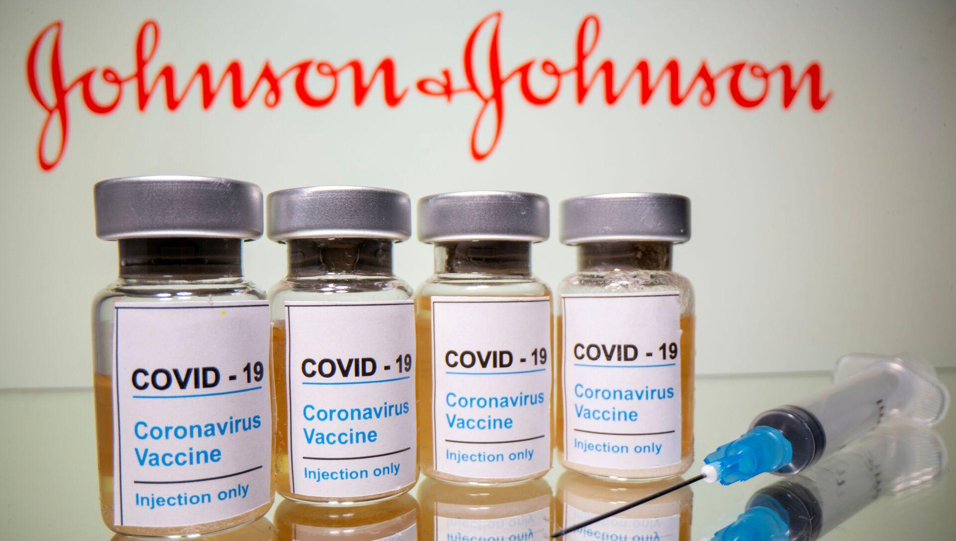 Johnson & Johnson (J&J) logosu önünde aşı ve şırınga - Sputnik Türkiye, 1920, 31.03.2021