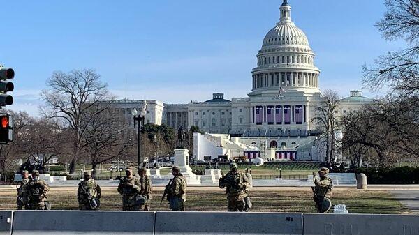 ABD'nin başkenti Washington DC'de seçilmiş Başkanı Joe Biden'ın 20 Ocak'taki yemin törenine sayılı günler kala güvenlik önlemlerine yönelik çalışmalara hız verilirken, Ulusal Muhafızlar, Kongre Binası çevresinde nöbetlerine devam ediyor. - Sputnik Türkiye