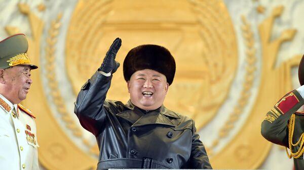 Северокорейский лидер Ким Чен Ын приветствует участников военного парада - Sputnik Türkiye
