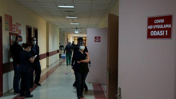 Sağlık çalışanlarına aşı uygulaması sürüyor: 'Aşı uygulaması her açıdan şeffaf olmalı' - Sputnik Türkiye