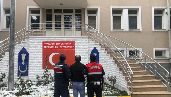 Ankara'nın Kahramankazan ilçesinde hırsızlık için girdiği evde sigara kullanan ve izmaritini olay yerinde bırakan hırsız DNA örneği sayesinde yakalandı. Ayrıca şüphelinin 8 farklı hırsızlık olayından arandığı tespit edildi. - Sputnik Türkiye