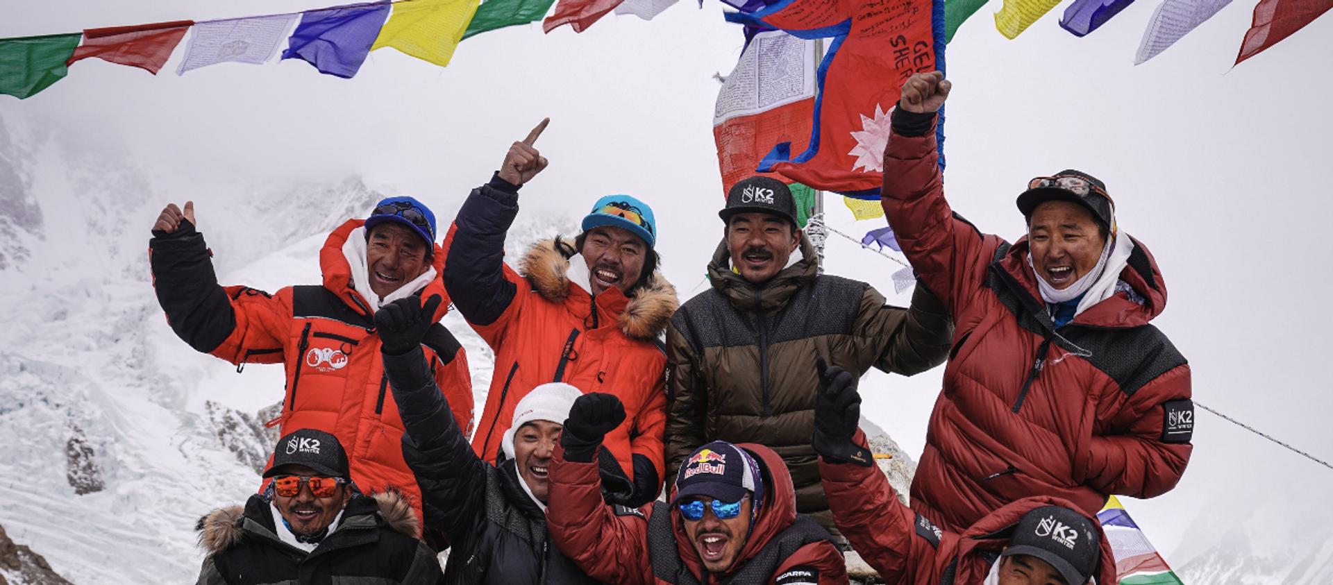 Dünyanın Everest'ten sonra en yüksek noktası olan K2 dağının zirvesine kış mevsiminde ulaşan Nepalli dağcılar, bir ilke imza attı - Sputnik Türkiye, 1920, 17.01.2021
