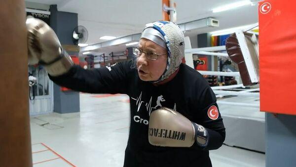 74 yaşındaki Antalya sakini boks antrenmanlarıyla parkinsona meydan okuyor - Sputnik Türkiye