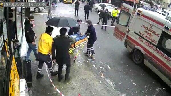 Şişli'de bir kişinin başına buz sarkıtı düştü - Sputnik Türkiye
