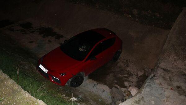 İzmir'de polisten kaçan 14 yaşındaki çocuk araçla dereye düştü - Sputnik Türkiye