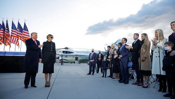 Beyaz Saray'ı terk eden Donald Trump - Melania Trump kendilerine eşlik eden aile üyeleriyle birlikte Andrews Hava Üssü'nde - Sputnik Türkiye