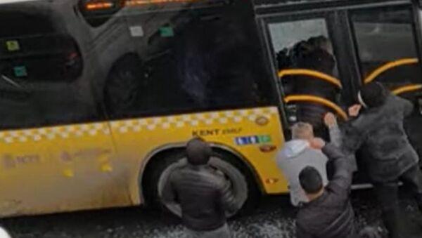 İstanbul'da otobüsün camını kırıp şoförü darp eden kişiler - Sputnik Türkiye