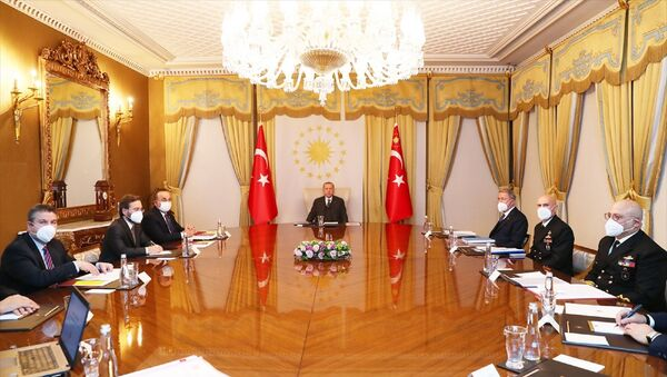 Türkiye Cumhurbaşkanı Recep Tayyip Erdoğan (ortada), Vahdettin Köşkü'nde düzenlenen Dış Politika Değerlendirme Toplantısı'na başkanlık etti. Toplantıya Dışişleri Bakanı Mevlüt Çavuşoğlu (sol 3), Milli Savunma Bakanı Hulusi Akar (sağ 3) ve İletişim Başkanı Fahrettin Altun da (sol 2) katıldı. - Sputnik Türkiye