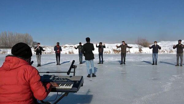 Buz tutan çay üzerinde konser ve korona tedbirli halay - Sputnik Türkiye