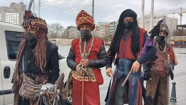 Taksim'de kostümle gezerek turistlerden selfie çekilme karşılığında para isteyen kişiler - Sputnik Türkiye