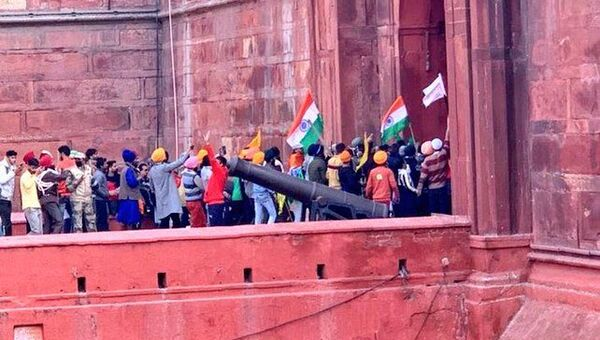 Hindistan'da Cumhuriyet Bayramı'nı Traktör Günü'ne çeviren protestocu çiftçiler, Delhi'de Kızıl Kale'ye girerken - Sputnik Türkiye