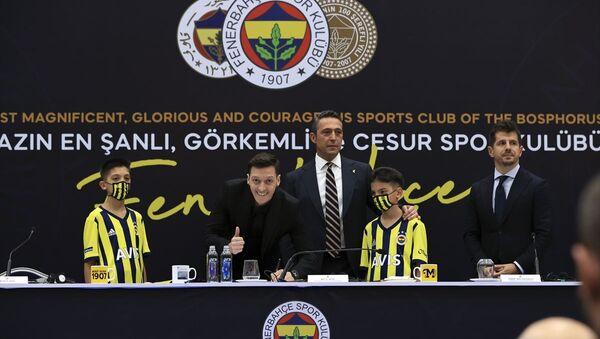 Mesut Özil imza attı - Sputnik Türkiye
