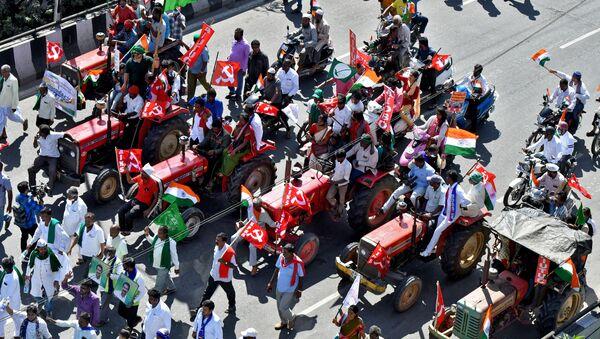 Hindistan'da çiftçilerin 26 OcakCumhuriyet Bayramı'nda düzenlediği Traktör Yürüyüşü'nün Bangalore ayağından bir sahne - Sputnik Türkiye