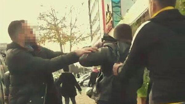 Bisikletli taciz şüphelisi, çevredekiler tarafından dövüldü  - Sputnik Türkiye