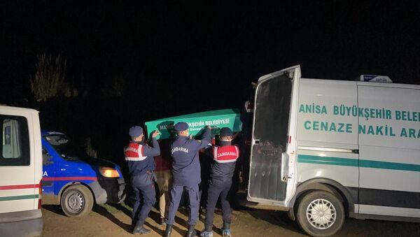 Manisa'nın Ahmetli ilçesine bağlı Kestelli Mahallesinde jandarma tarafından aynı yerde başlarından vurulmuş halde 4 kişinin cansız bedeni bulundu. - Sputnik Türkiye
