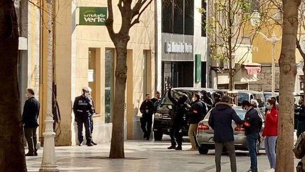 2020 yılını bir tarih öğretmeninin kafasının da kesildiği cihatçı saldırılarla geçiren Fransa'da bir evin penceresinden içinde kesik insan kafası bulunan kutu fırlatıldı. Toulon'daki olayla ilgili polis operasyonunda bir kişi gözaltına alındı. - Sputnik Türkiye