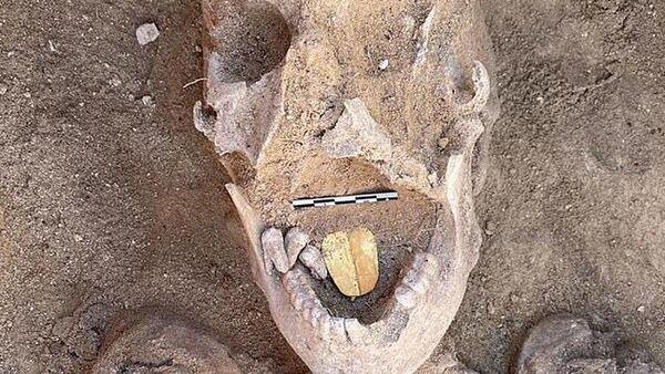 Mısır'ınİskenderiye şehrindeki Taposiris Magna tapınağında yürütülen kazı çalışmalarındakayaların içine oyulmuş 16 mezar ortaya çıkarıldı. Antik Mısır ve Roma döneminden kalmayaklaşık 2 bin yıllık mezarlardaaltın dilli mumyalar bulundu. - Sputnik Türkiye