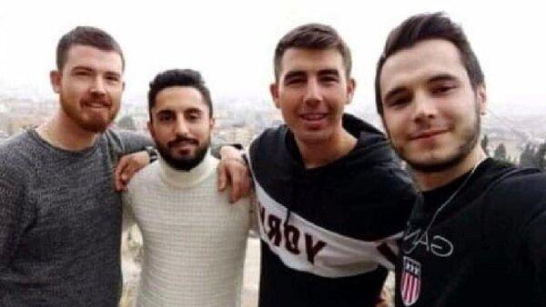 Manisa'nın Ahmetli ilçesinde yan yana cansız bedenleri bulunan 4 arkadaştan üçünün ölmeden kısa süre önce çektikleri veda videosunda seslendikleri 'Mert',  ölen gençlerden Neşet Dalgın'ın (24), Suriye'de uzman onbaşı olarak görev yapan kardeşi Mert Dalgın (23) çıktı.  - Sputnik Türkiye