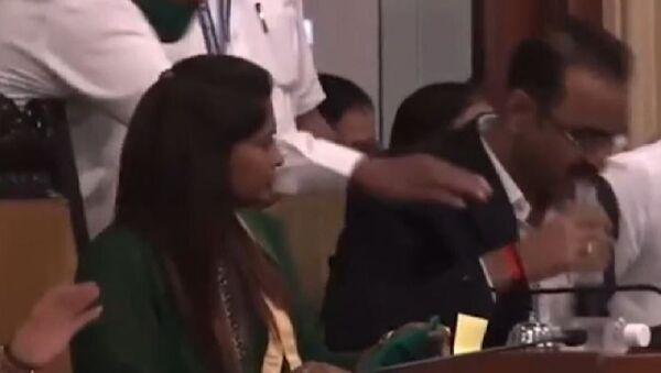 Hintli yetkili, bütçe toplantısı sırasında su şişesi sanarak dezenfektan içti - Sputnik Türkiye