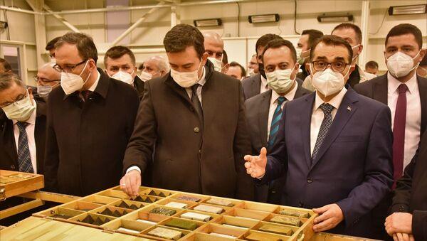 Enerji ve Tabii Kaynaklar Bakanı Dönmez, Söğüt`te altın kaynağı tespit edilen sahayı inceledi - Sputnik Türkiye