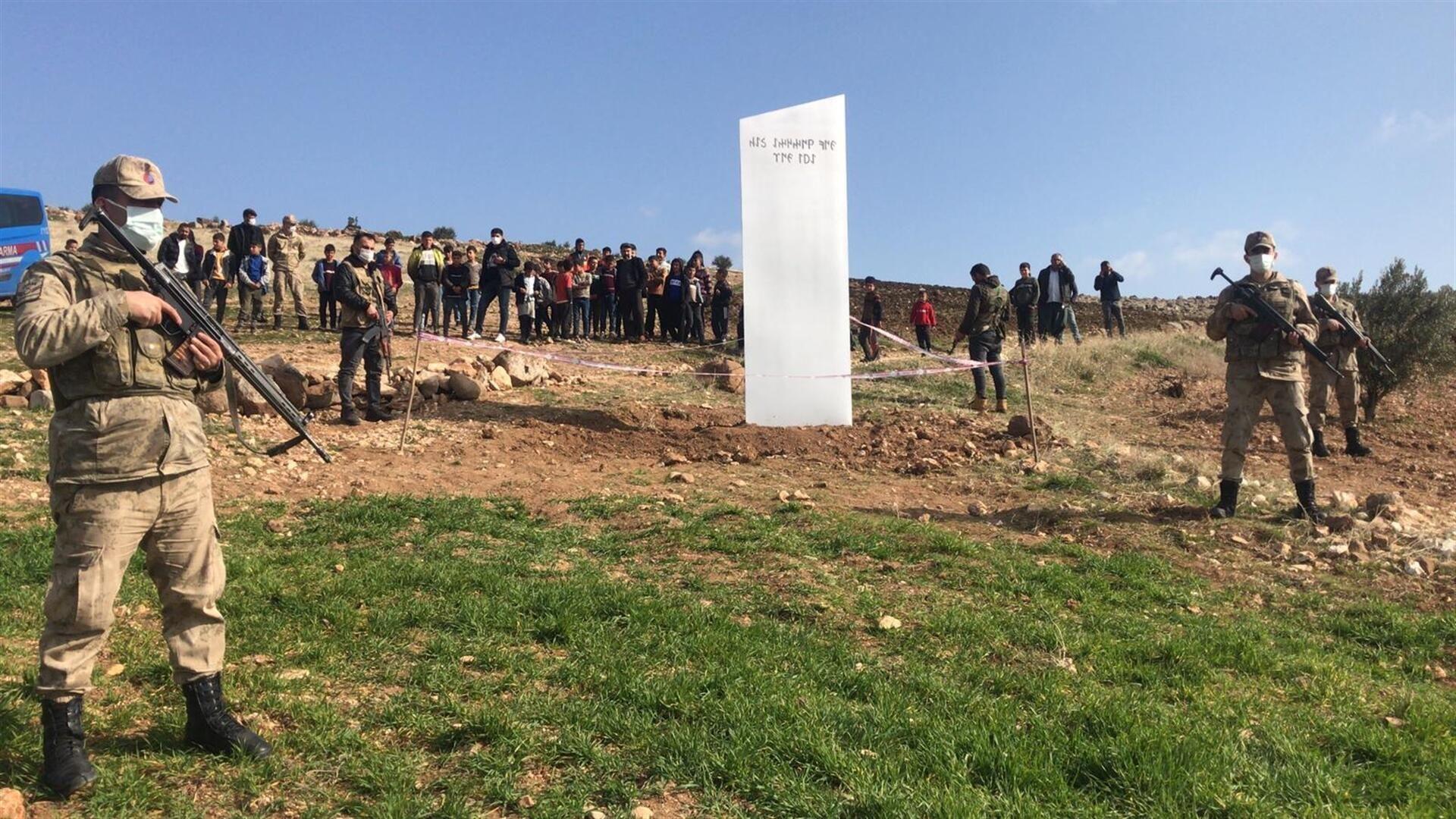 Göbeklitepe yakınlarında bulunan metal blok monolit  - Sputnik Türkiye, 1920, 09.02.2021