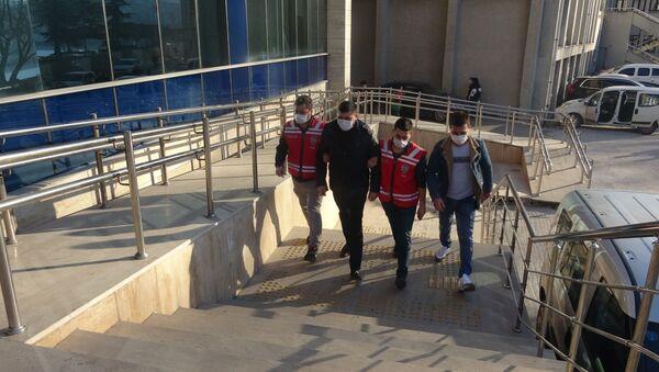 Zonguldak'ta 8. kattaki evin balkonundan düşerek hayatını kaybeden 29 yaşındaki Özgecan Usta'nın ölümüyle ilgili gözaltına alınan erkek arkadaşı hakkında çıkarıldığı mahkemece, ev hapsi ve adli kontrolle yurt dışı çıkış yasağı kararı verildi. - Sputnik Türkiye