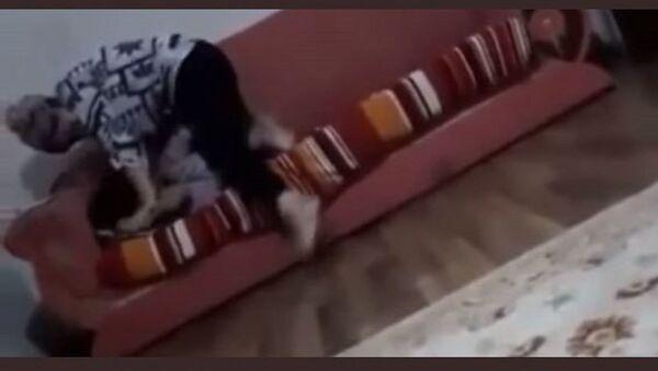 Çocuğuna şiddet uygulayıp nefessiz bırakan kadına sosyal medyada tepki - nurcan serce - Sputnik Türkiye