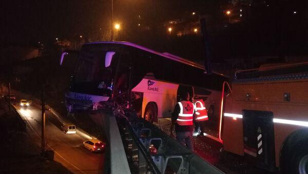 Kocaeli TEM otoyolunda içinde 30 yolcu bulunan yolcu otobüsü, rahatsızlanan sürücünün kontrolünü kaybetmesi sonucu bariyerleri parçalayarak viyadük üzerinde asılı kaldı. 30 metre yükseklikteki viyadükten uçmaktan son anda kurtulan otobüsteki 6 kişi ise yaralandı. - Sputnik Türkiye