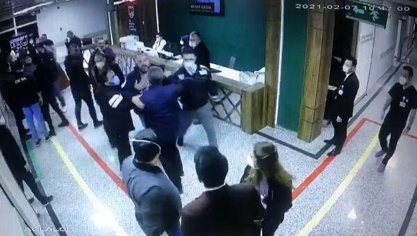 Gaziantep'te, korona virüsten hayatını kaybeden şahsın yakınları sağlık çalışanlarına saldırdı. Saldırı anları, güvenlik kameralarına yansıdı. - Sputnik Türkiye