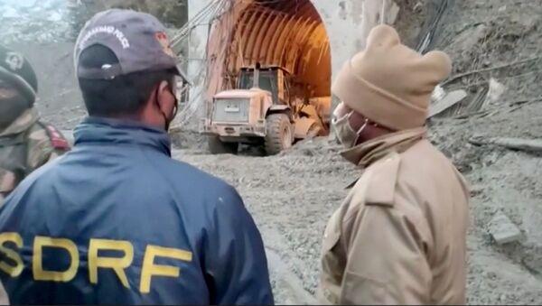 Hindistan'ın Uttarakhand eyaletinin Chamoli bölgesinde buzul kopması sonucu meydana gelen heyelan ve Alaknanda ile Dhauliganga nehirlerindeki taşma: Enkaz altında kalan tünel inşaatında kurtarma çalışmaları... - Sputnik Türkiye
