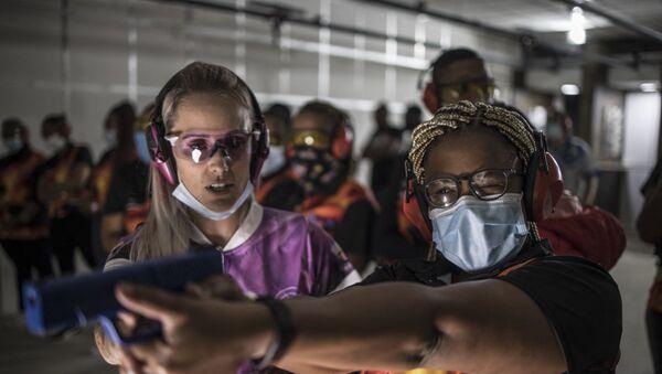 Güney Afrikalı kadınlar cinsel şiddete karşı silah eğitimi alıyor - Sputnik Türkiye
