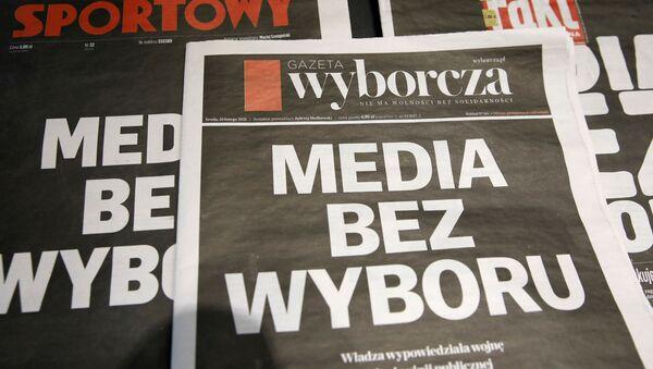 Polonya'da PiS hükümetinin bağımsız medyayı susturma çabası olarak yorumlanan reklam gelirlerinden vergi alınması tasarısına karşı gazeteler siyah baş sayfayla çıktı, özel radyo-TV kanalları 24 saat yayını kesti. - Sputnik Türkiye