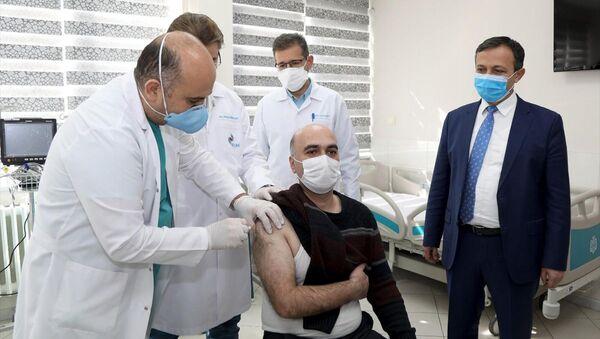 ERÜ'de Kovid-19 aşı adayının faz-2 çalışmalarında ilk doz gönüllülere uygulanmaya başlandı - Sputnik Türkiye
