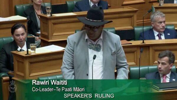 Yeni Zelanda'da kravat krizi: Parlamento BaşkanıTrevor Mallard, Maori Partisi Eşbaşkanı Rawiri Waititi'ye erkek milletvekillerinin soru sorabilmesi içinkravat takması zorunluluğuna uymadığı gerekçesiyle genel kurulu terk etti. - Sputnik Türkiye