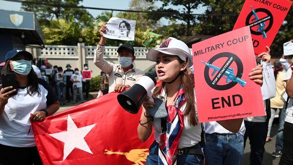 Myanmar'ın Yangon kentinde Rusya Büyükelçiliği önünde askeri darbeyi protesto edenler, devrik kadın lider Aung San Suu Çii'nin serbest bırakılmasını talep etti. - Sputnik Türkiye