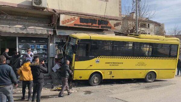 Gaziantep'te özel halk otobüsü önce taksiyle çarpıştı - Sputnik Türkiye